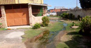 En el Bloque 11 de Cunboto ll 40 familias viven rodeadas de aguas negras