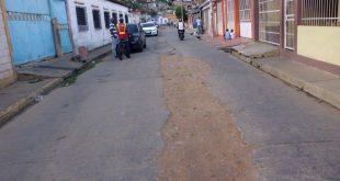 En el barrio Antonio José de Sucre piden que le reparen la vía principal